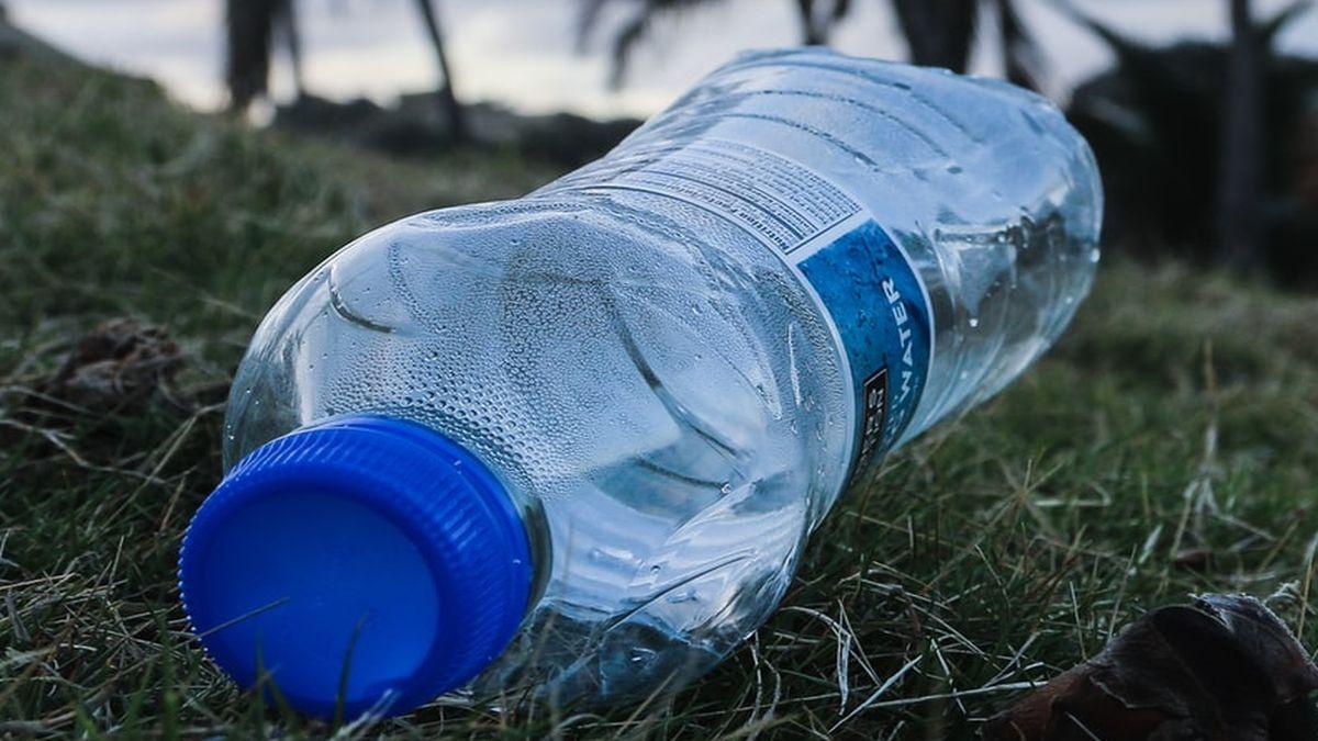 Bottiglia di plastica che inquina come rifiuti
