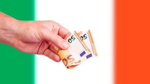 Mano con banconote e contanti