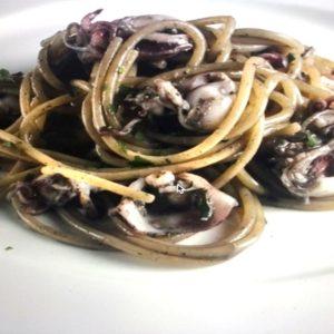 La ricetta di Mauro Ricciardi: spaghetti con seppioline nere