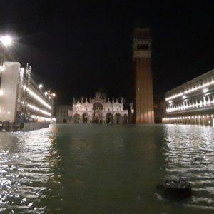 Venezia, allarme: acqua alta sfiora 2 metri, San Marco inondata