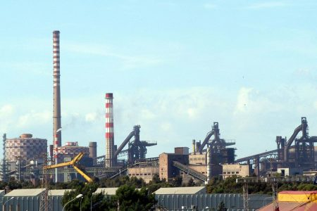 ArcelorMittal fa retromarcia: non spegne subito gli altoforni