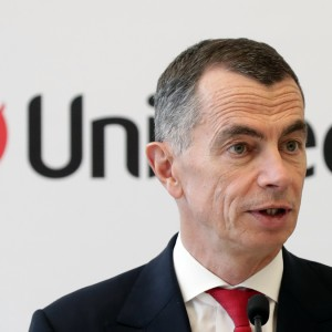 Unicredit: Mustier, alleanze e strategia restano in bilico