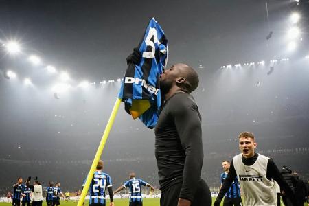 L'Inter vince il derby e raggiunge la Juve ma la Lazio è a un solo punto
