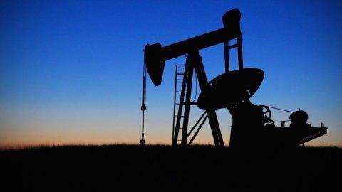 Petrolio, storico accordo sui tagli: 10 milioni di barili in meno