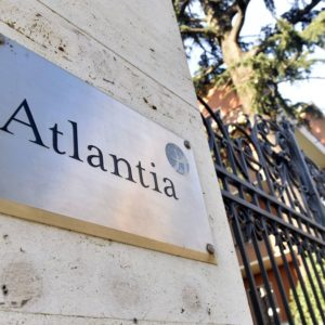 Le blue chips frenano la Borsa ma Atlantia controcorrente