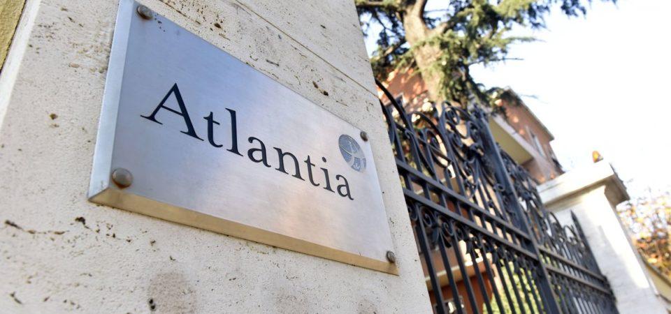 Borsa: Atlantia vola, banche contrastate