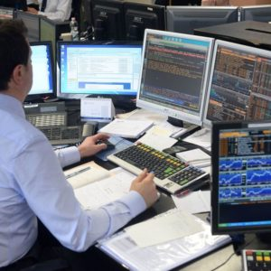 Altro lunedì nero in Borsa: Grecia, Moody's e banche affossano Piazza Affari, maglia nera d'Europa