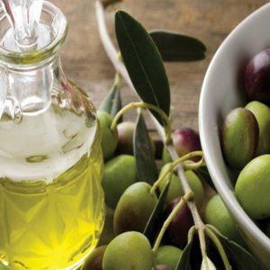 Olio extravergine: ne consumiamo di più, le regole per salvaguardarne le proprietà