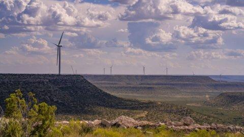 Enel rincorre Total e guida la staffetta tra rinnovabili e oil