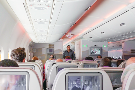 Voli e coronavirus: le regole in aereo (e in aeroporto)