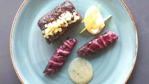 La ricetta di Joao Monteiro: costine di maiale glassate, involtini di verza affumicata, mele e sedano rapa