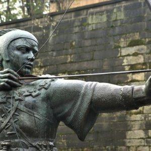 Robin Hood all'attacco:  argento, guanti e Nokia nel mirino