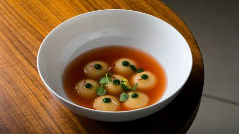 La ricetta di Rigels Tepshi: bottone caprese, estratto di quattro varietà di pomodori, basilico