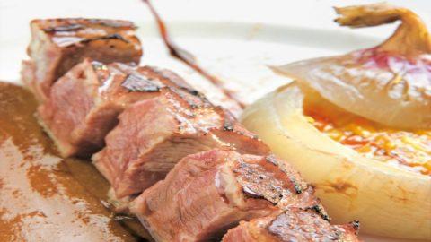 La ricetta di Enrico Gerli: spiedo di petto d'oca, cipolla dolce di Breme ripiena e peperoni di Voghera