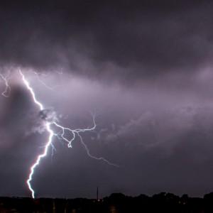 Meteo: allerta pioggia al Centro-Nord. Incendio in Sicilia