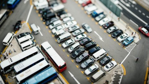 Covid, gli stimoli alla crescita (+0,7%) non salvano l'auto (-24,3%)