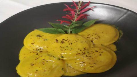 La ricetta di Umberto Amato: ravioli di cappasanta e crostacei con curcuma e salvia