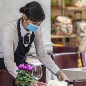 Coronavirus, mascherine per tutti. Sui ristoranti decidono le Regioni