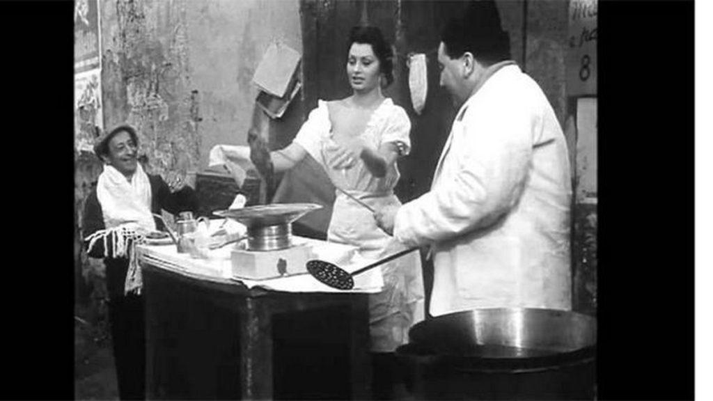 Sophia Loren venditrice di pizze in strada ne L'Oro di Napoli