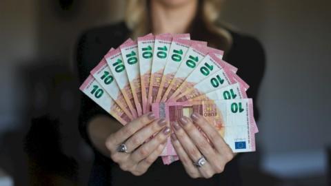 Famiglie, Bankitalia: reddito a picco, ma il risparmio s'impenna