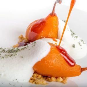 La ricetta di Giancarlo Morelli: pera allo zafferano, panna alla salvia e croccante alla nocciola