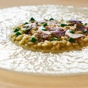 La ricetta di Matteo Metullio: risotto all'acqua di pomodoro, plancton, capperi, acciughe e basilico