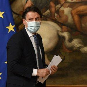 Conte non ha ancora la maggioranza e Renzi medita l'astensione