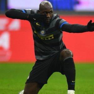 L'Inter batte il Napoli e avvicina il Milan, CR7 frena la Juve