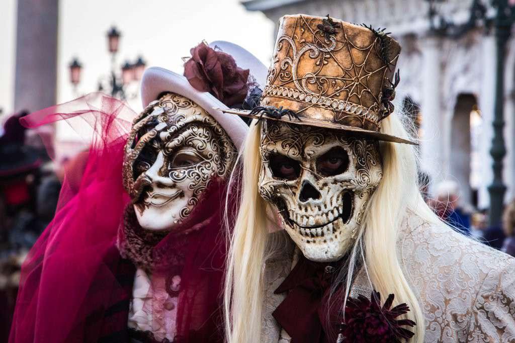 Due maschere di Carnevale con teschio a Venezia