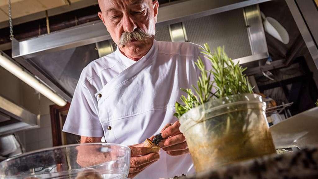 chef Giovanni Rugolotto dell'Hostaria San Benedetto di Montagnana ai fornelli