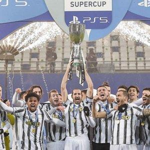 Supercoppa alla Juve: CR7 regala a Pirlo il primo trofeo