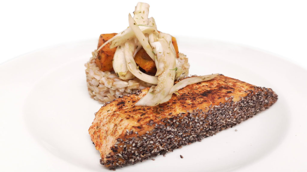 Salmone scottato con panatura Black accompagnato da insalata di farro, zucca al forno e finocchi al balsamico