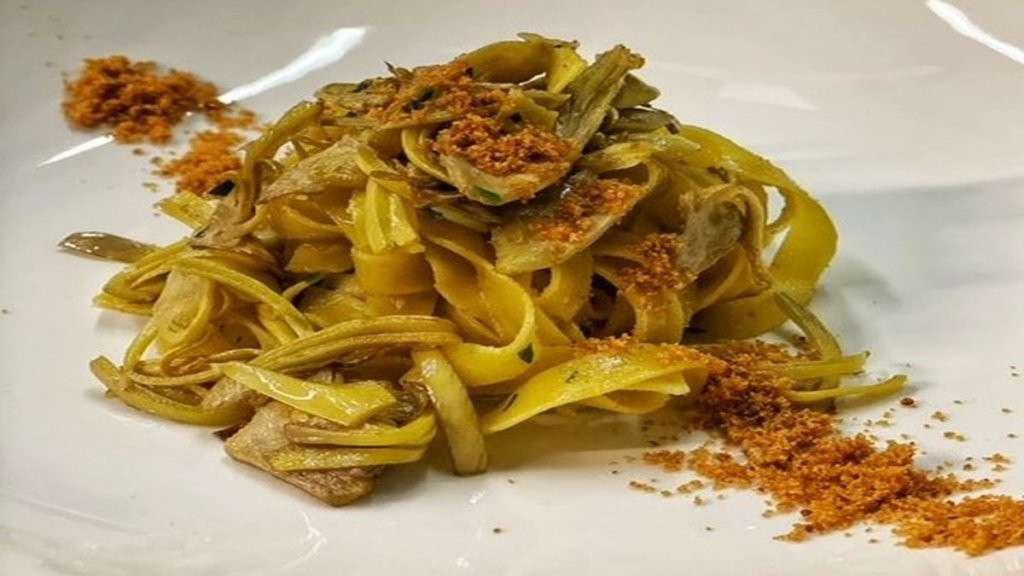 Piatto di tagliatelle di carciofi spinosi di menfi con bottarga dell'Hostaria San Benedetto