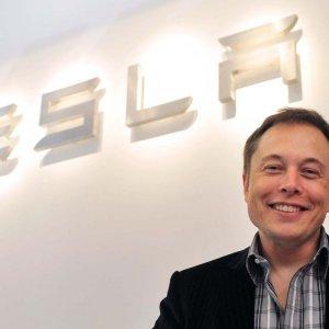 Tesla, il bonus di Biden dà la carica a Elon Musk
