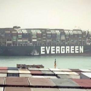 Suez, nave liberata. Riaperto il Canale