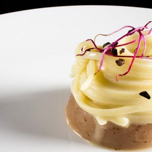 La ricetta di Valentino Cassanelli: linguine allo zenzero con testina di vitello e grué di cacao