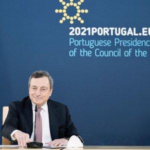 """Covid, Draghi: """"Voglio riaprire ma in sicurezza"""", siparietto col pavone"""