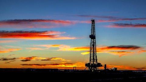 La Borsa galleggia, il petrolio si impenna