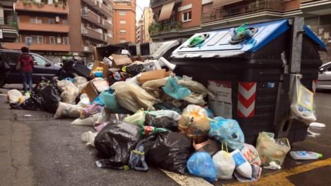 Rifiuti, 244 Tir al giorno per trasportarli: Lazio e Campania le peggiori