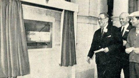 ACCADDE OGGI – Il primo Bancomat del mondo compie 54 anni