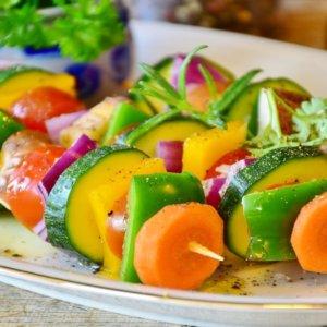 Fa caldo, la salute ne risente: le sette regole del nutrizionista da seguire a tavola