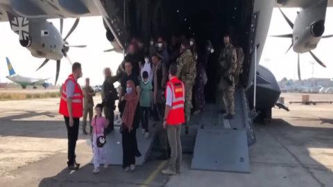 Kabul, sì dei talebani all'evacuazione dopo il 31 ma l'Isis minaccia stragi