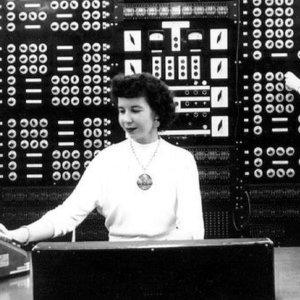 """ACCADDE OGGI – Nel '47 il primo """"bug"""" informatico fu… Una falena"""