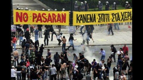 Nuovi scontri ad Atene tra polizia e manifestanti durante lo sciopero generale