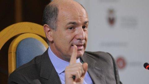 Borsa, Intesa Sp in perdita per realizzi e per taglio outlook da Fitch
