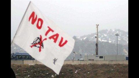 Val di Susa, scontri fra polizia e manifestanti: 30 feriti e strade bloccate. Iniziati i lavori