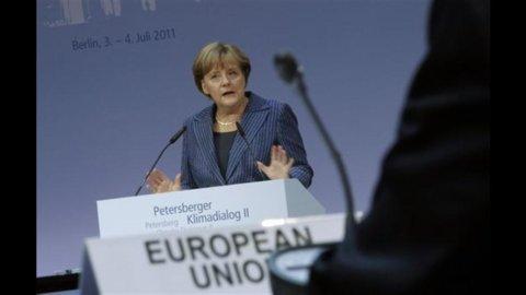 """Merkel a Berlusconi: """"L'Italia approvi la manovra al più presto"""""""
