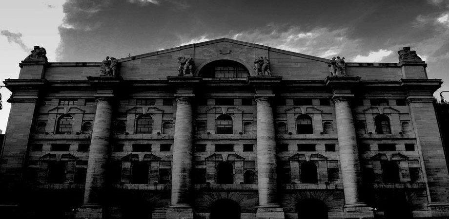 Giovedì nero a Piazza Affari: le banche travolgono la Borsa (-3,49%)
