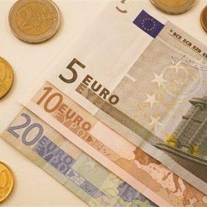 Valute: euro sotto 1,22 dollari, ai minimi da due anni