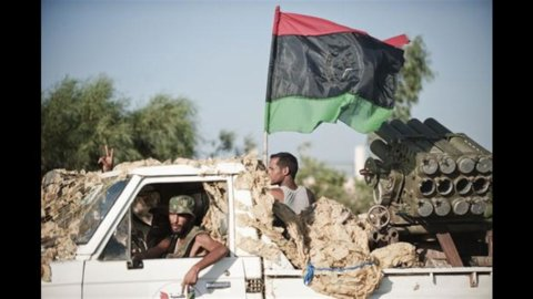 Libia: Gheddafi localizzato a Sirte, lealisti bombardano l'aeroporto di Tripoli